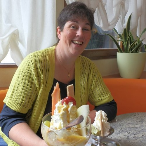 Yes, I did get that ice-cream in the end.  Here I am in my old haunt in Rinteln Marktplatz (pistachio, lemon sorbet, cream and a drizzle of gin if you were wondering).